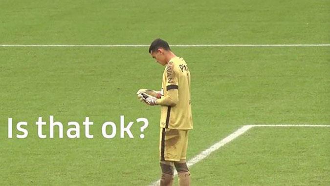 守门员在球赛中玩手机 是为了宣传什么?