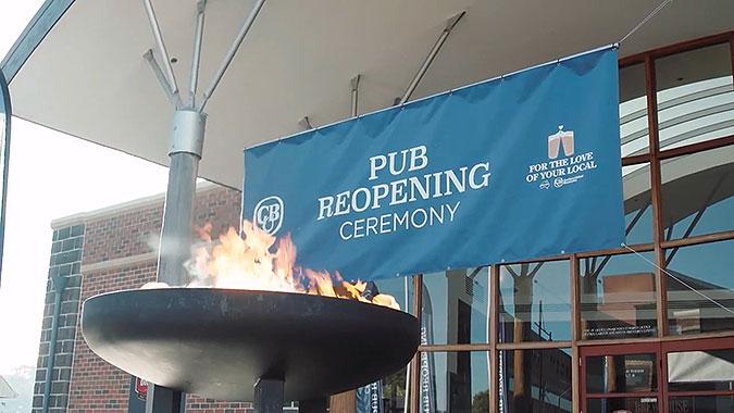 澳洲啤酒公司疫情恶搞创意 酒吧重新开业庆典