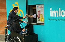丹麦麦当劳专为自行车用户开辟的购物通道