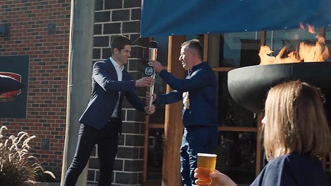 澳大利亚啤酒公司疫情恶搞创意 酒吧重新开业庆典