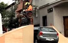 阿根廷驾校恶搞营销 轮椅教训