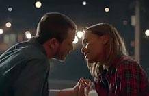 这支广告看起来像是一个浪漫的爱情故事,可实际上是..